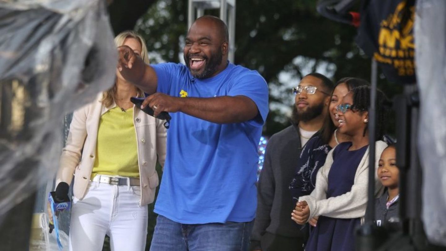 Charles Reyes points to crowd at the Benjamin Franklin Parkway